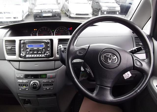 2004 Toyota Voxy 2.0 Auto 8 Seater MPV (V7), Interior View Dashboard, Steering Wheel & Gear Stick. Japanese import cars uk.