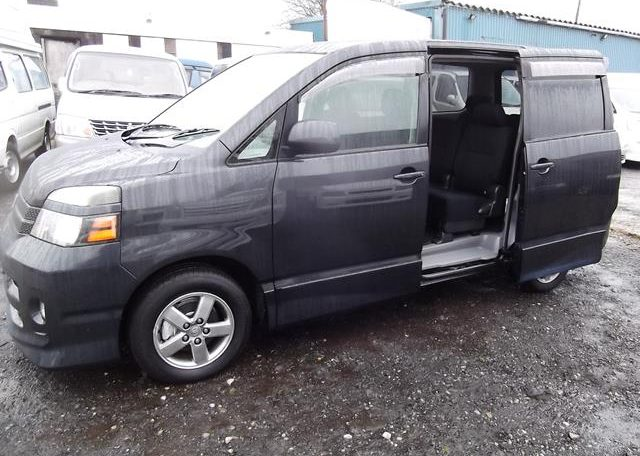 2004 Toyota Voxy 2.0 Auto 8 Seater MPV (V7), Side View, Passengers Side. Import Japanese cars uk.