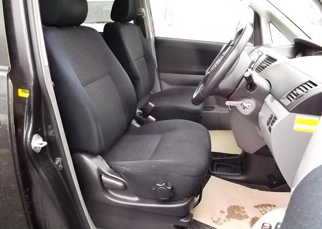 2004 Toyota Voxy 2.0 Auto 8 Seater MPV (V7), Interior View Dashboard & Steering Wheel. Import Japanese cars uk.