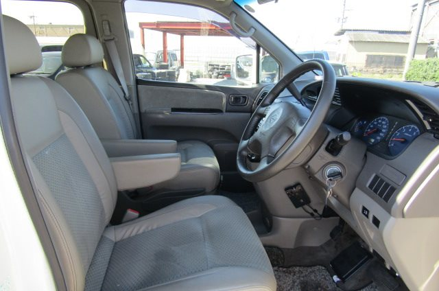 2000 Nissan Elgrand 3.5 Auto Highway Star 8 Seater MPV (E2), Interior View Dashboard & Steering Wheel. Japanese import cars UK.