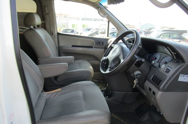 2000 Nissan Elgrand 3.5 Highway Star Auto Optional 4WD 8 Seater MPV (E91), Interior View Drivers Seat, Dashboard & Steering Wheel. Japanese import cars UK.