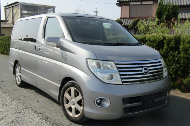 2006 Nissan Elgrand 2.5 Highway Star Optional 4wd Auro 8 Seater MPV (E66), Front View, Drivers Side. Japanese imports.