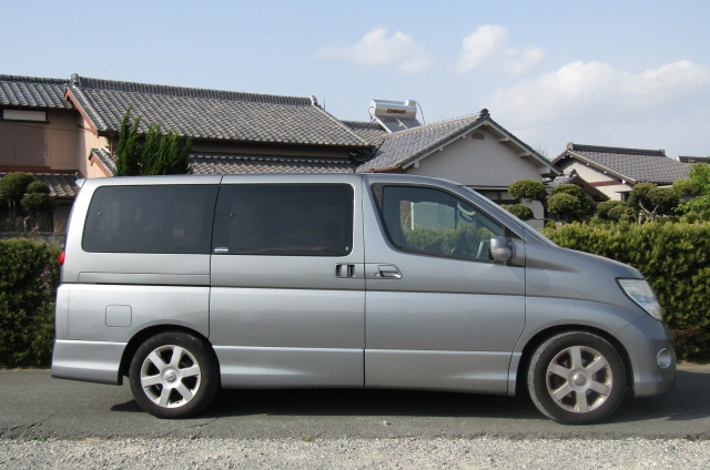 2006 Nissan Elgrand 2.5 Highway Star Optional 4wd Auro 8 Seater MPV (E66), Side View, Drivers Side. Import Japanese cars uk.