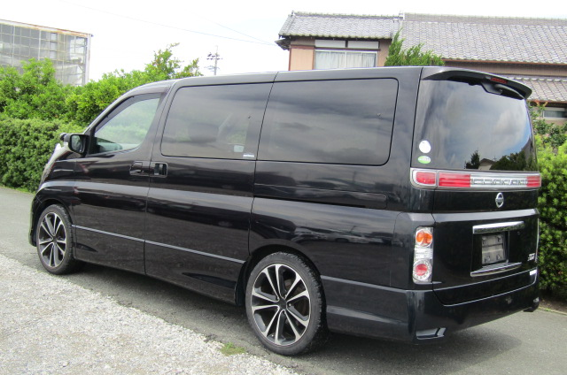 2005 Nissan Elgrand 2.5 E51 Highway Star Auto 8 Seater MPV (E29), Rear View, Passengers Side. Japanese car imports UK.