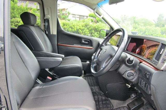 2005 Nissan Elgrand 2.5 E51 Highway Star Auto 8 Seater MPV (E29), Interior View Dashboard & Steering Wheel. Japanese import cars UK.