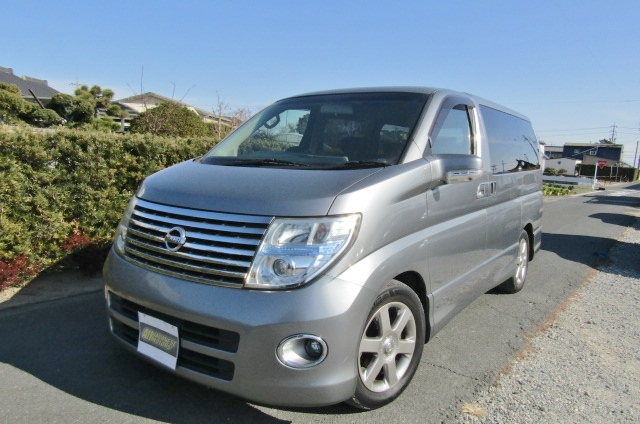 2005 Nissan Elgrand 2.5 Highway Star Auto 8 Seater MPV (E54), Front View, Passengers Side.